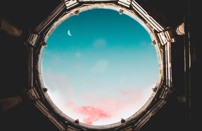 Luna nueva en Virgo - blue sky with white clouds